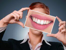 Quel régime alimentaire adopter après la pose d'implants dentaires ?