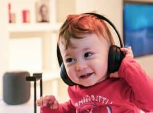 enfant avec un casque audio